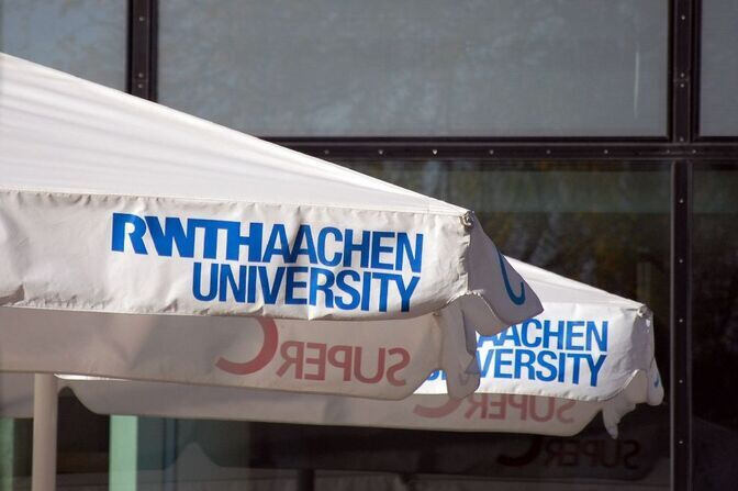 Sun umbrella with RWTH Aachen logo in front of the Super C