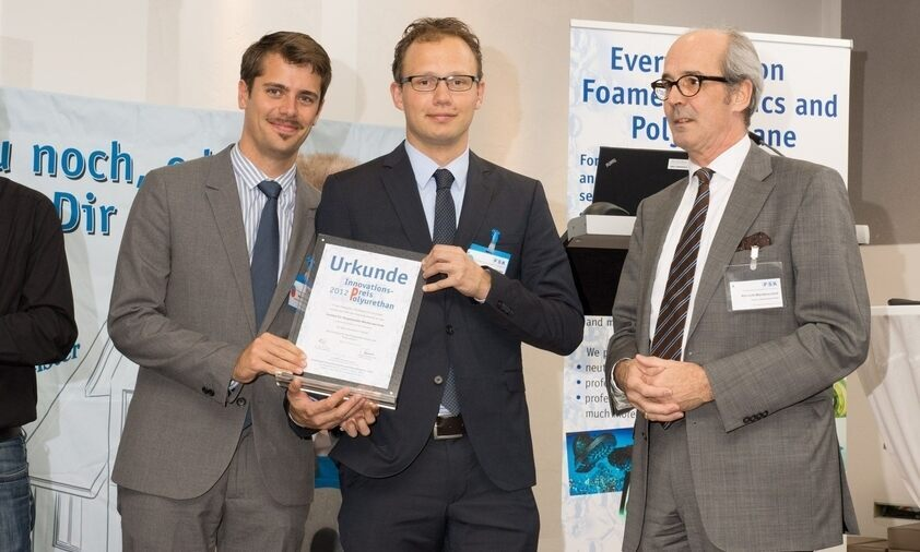 Both doctoral candidates from the RWTH Institute of Medical Technology, Dipl.-Ing. Maximilian Kütting and Dipl.-Ing. Ingo Nadzeyka (from left) were honored with the Polyurethane Innovation Award by the Chair of the FSK Albrecht Manderscheid.